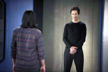 """The Flash -- """"The Trap"""" -- Image FLA120B_0445 -- Pictured (L-R): Carlos Valdes as Cisco Ramon and Tom Cavanagh as Harrison Wells -- Photo: Cate Cameron/The CW -- �© 2015 The CW Network, LLC. All rights reserved"""